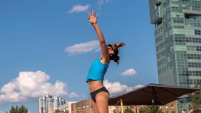 Показали фигуры: смотрим, как прошли соревнования по пляжному волейболу на набережной
