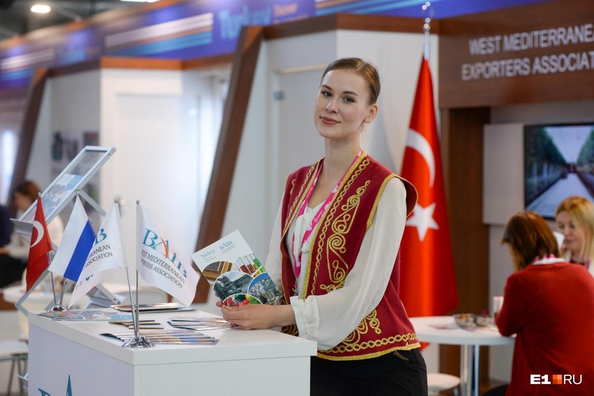 Эта красавица работает на стенде Турции