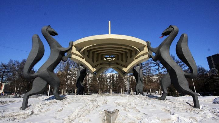 Соболя нарасхват: четырём новосибирцам понадобилась некрасивая скульптура из центра города