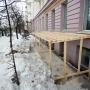«Изуродовали фасад»: жильцам дома в центре Челябинска пришлось защищать здание с помощью полиции