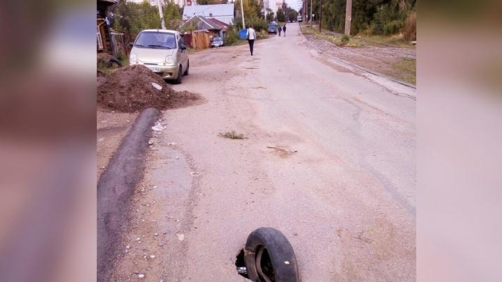 В Уфе карстовый провал на дороге заткнули колесом