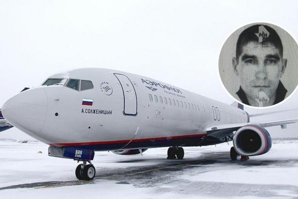 На борту самолёта находилось более 100 пассажиров. Среди них был и угонщик Павел Шаповалов