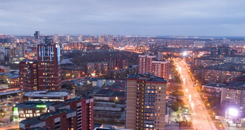 Ночью открывается вид на огни большого города