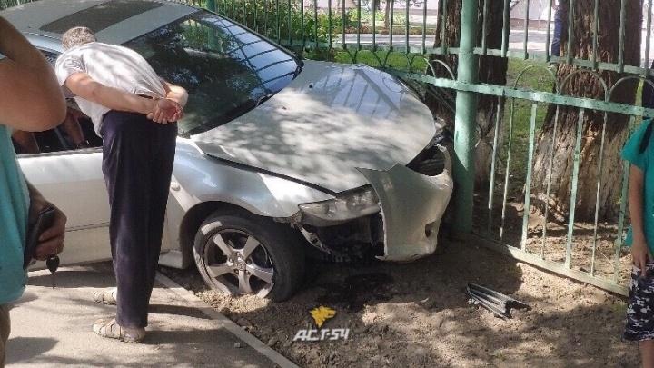 Водитель «Мазды» врезался в забор детского сада и сбежал