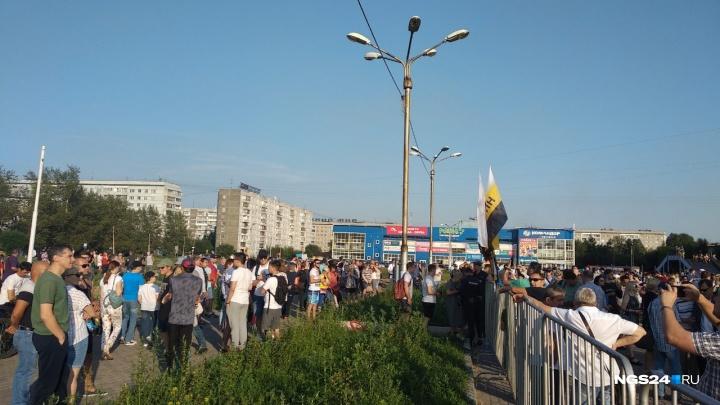 «Качнем свои права»: сотни жителей Красноярска вышли на митинг в сквер Космонавтов
