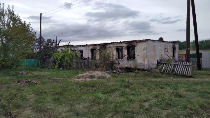В Юргамышском районе сгорел дом, где жила многодетная семья