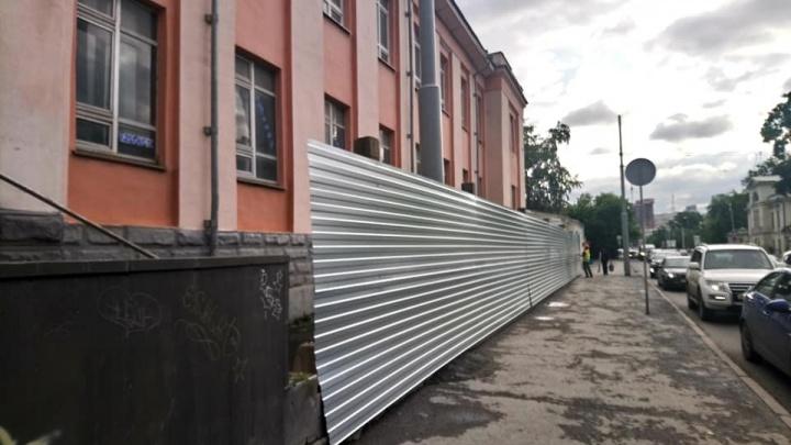 Вокруг бани «Бодрость», которую приговорили к сносу ради новых «Сандунов», начали ставить забор