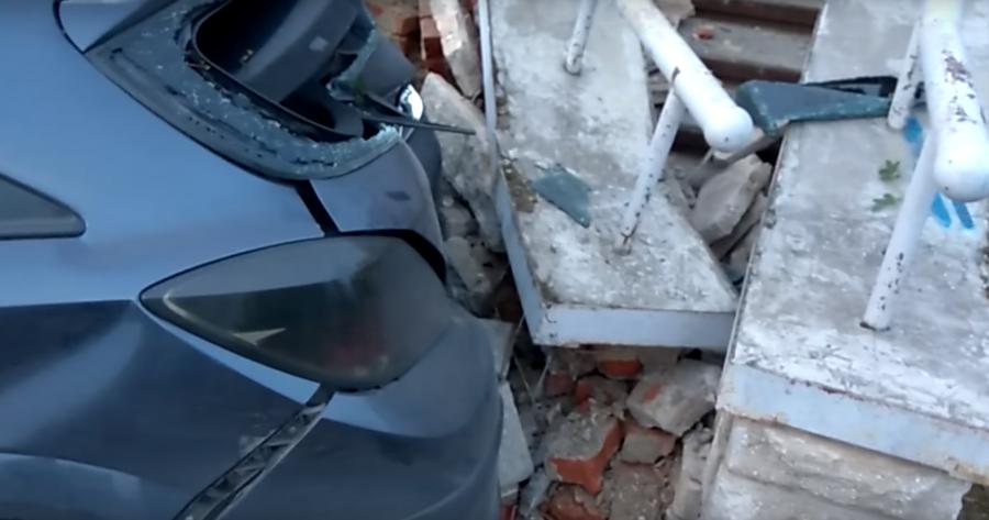 Иностранная машина снесла дерево ичасть почтового отделения вСарове