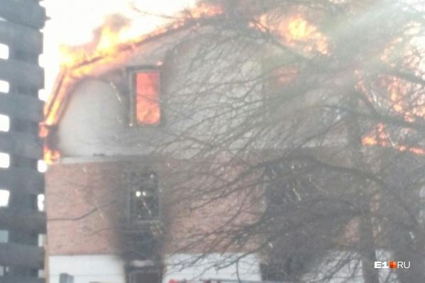 Недостроенный дом охвачен пламенем