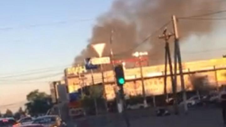 В Волгограде горит большое кафе: частично перекрыта Вторая Продольная