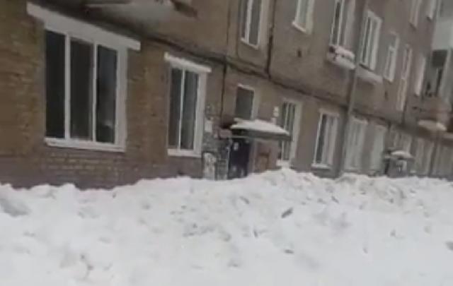 Не пройти, не проехать: уфимский двор коммунальщики завалили снегом с крыши