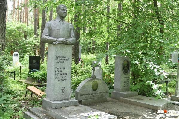 На Сибирском кладбище попадаются скульптуры, но их немного