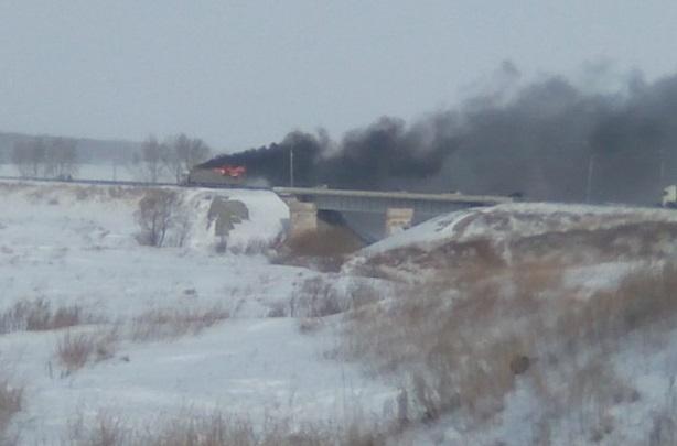 Водители встали в длинную пробку под Новосибирском из-за горящей фуры
