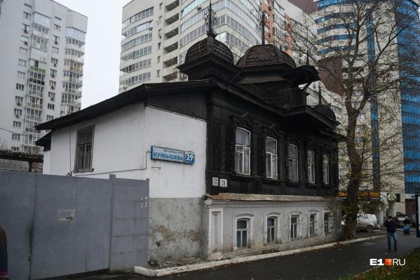 Памятник архитектуры арендовала полиция, потом она съехала. Все двери остались открытыми, охранника нет