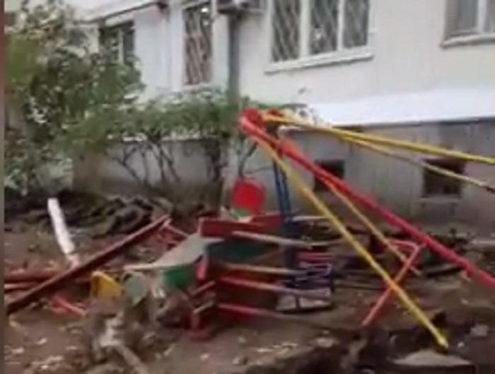 Рабочие демонтировали детскую площадку