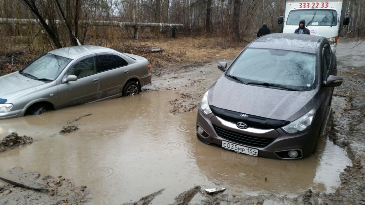 Увязли, как в болоте: грузовик порвал трос, пока вытаскивал машины из ямы у детского сада