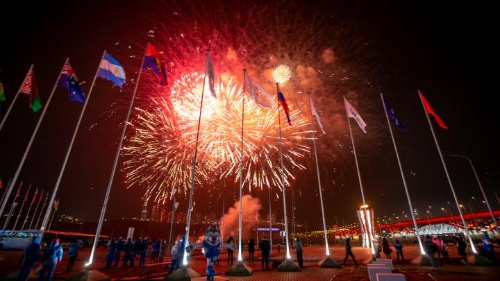 Енисей зажегся сотней огней: феерические ролики с салютом в день открытия Универсиады