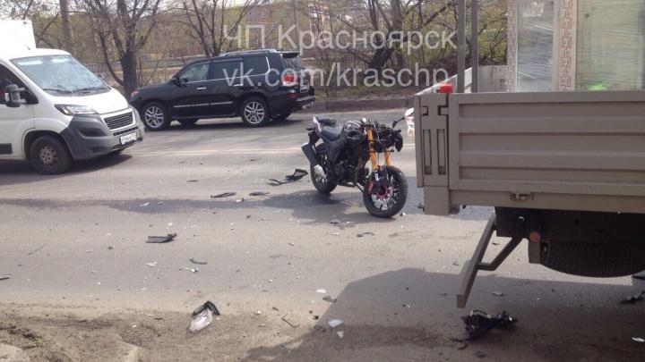 На Семафорной мотоциклист после неудачного маневра соседнего авто разбился на встречке