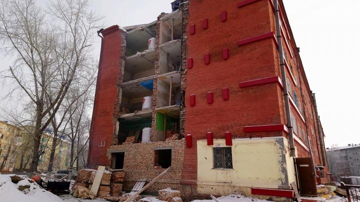 В Нефтяниках разобрали стену пятиэтажки: её восстановят к Новому году