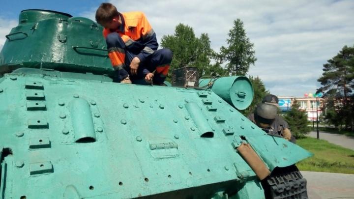 На бульваре Победы восстановили танк Т-34, который повредили вандалы