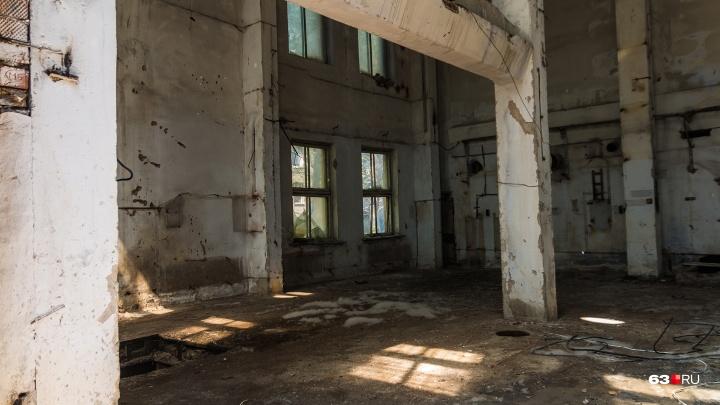 Городские власти хотят снести заброшенный дом у бассейна «Чайка»
