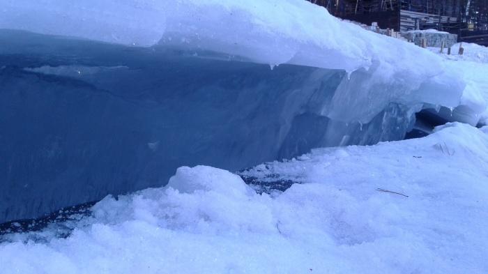 В некоторых местах лёд заметно потрескался