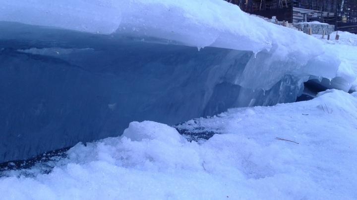 «Рыбаки ездят по льду на машинах»: на Обском водохранилище появились первые трещины