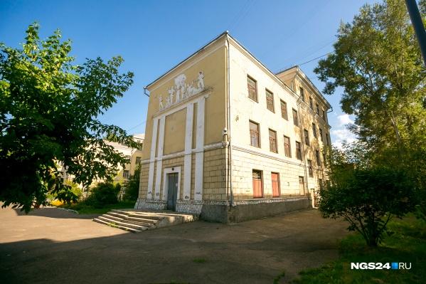 Многие школы строились еще в советское время, тогда же высаживали и деревья