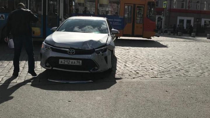 Toyota Camry из правительственного гаража попала в ДТП на Ленина