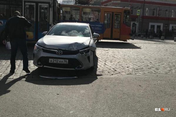 Toyota Camry одного из чиновников попала в ДТП на Ленина