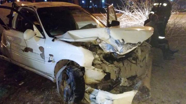 В Ленинском районе «Хонда» на скорости врезалась в дерево— пострадали два человека