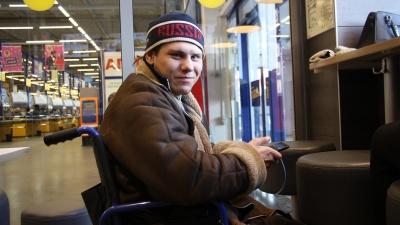 «Развлекается так уже года три минимум»: инвалид бесплатно убирает снег у «Ленты»