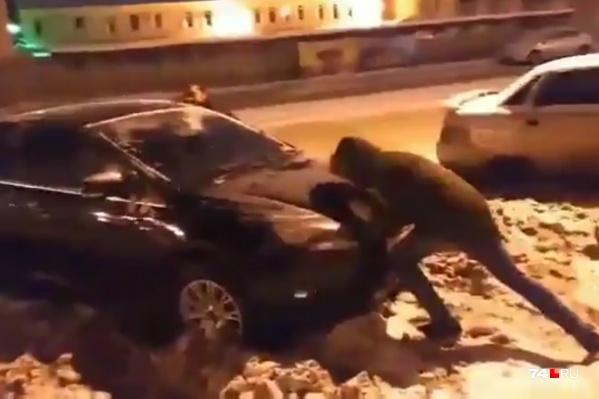 Машина увязла в рыхлом снегу, который, судя по всему, не убирали с начала зимы