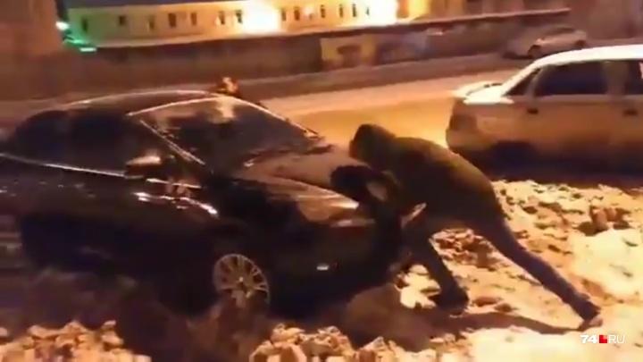 «Застряла в сугробе у правительства»: из Челябинска перестали вывозить снег, потому что некуда