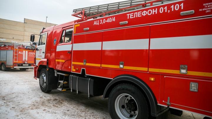 Ночью пожарные перекрывали дорогу у моста «777» из-за горящего автосервиса