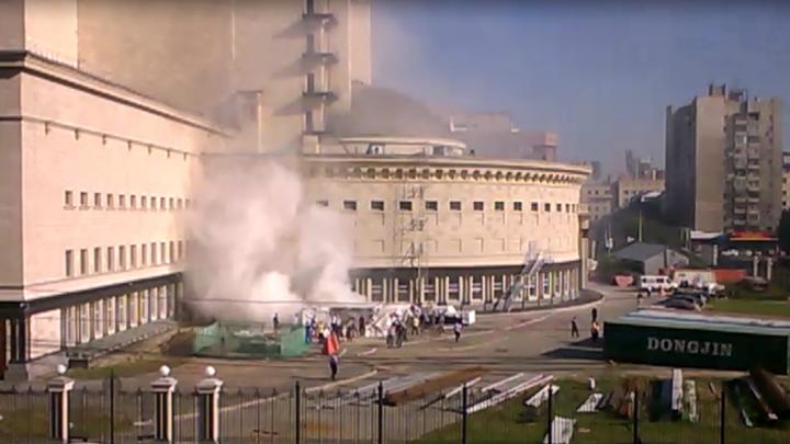 В центре Новосибирска за оперным театром поднялось облако дыма