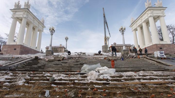«Останется лишь накрасить губы»: погода не пускает строителей на Центральную набережную Волгограда