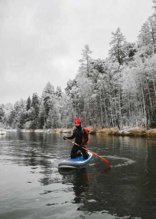 Суровые уральские экстремалы прокатились на сёрфах по ледяной реке Чусовой