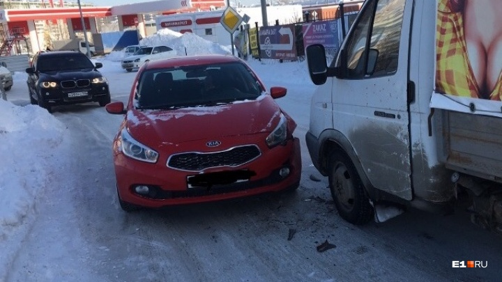 Если занесло, уберите ногу с тормоза: спасатели рассказали о правилах зимнего вождения