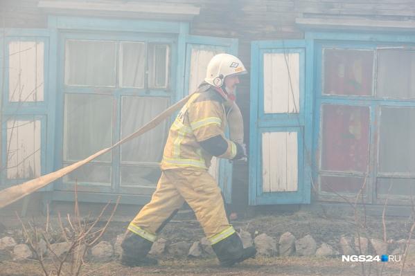К моменту приезда пожарных оба дома уже полыхали в огне