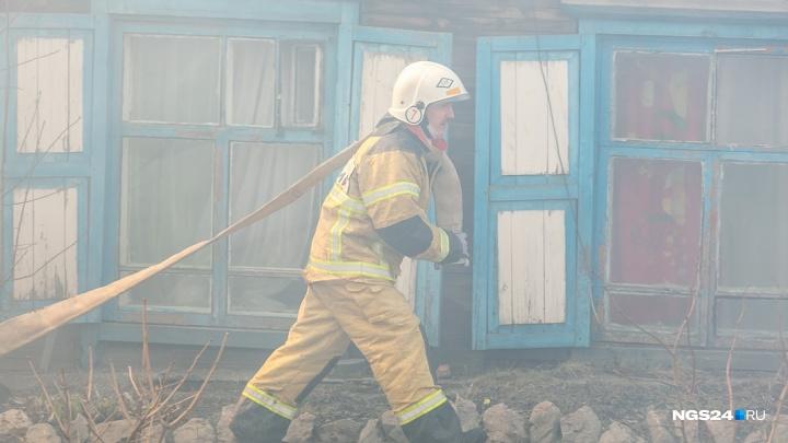 Два жилых дома ночью сгорели на Базайской: четверо остались без крыши над головой