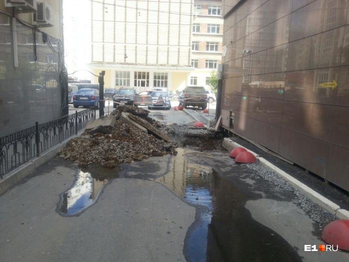 Это фото было сделано вчера, как только раскопали дорогу