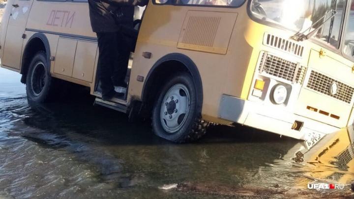 Делом о школьном автобусе, который провалился под воду, заинтересовались следователи Башкирии