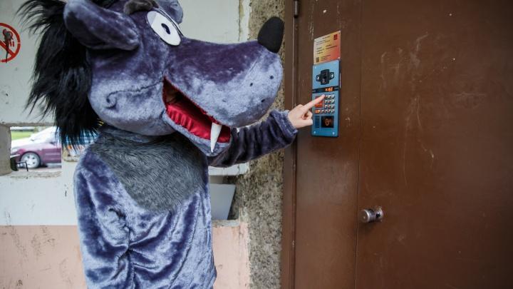 Актёр в образе волка звонил детям в домофон ради эксперимента: двое из 10 пустили незнакомца домой