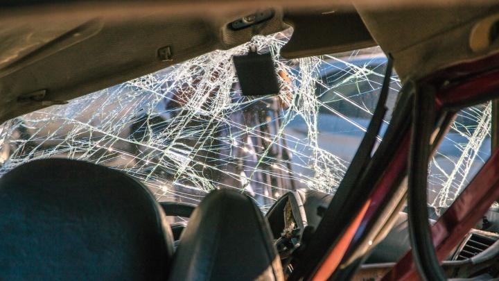 Уснул за рулем: на трассе под Самарой водитель Hyundai врезался в грузовик