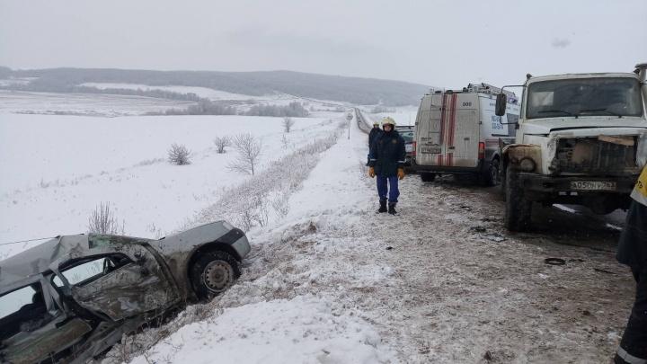 «Рено» смяло: семья с ребенком попала в ДТП с грузовиком на трассе под Самарой