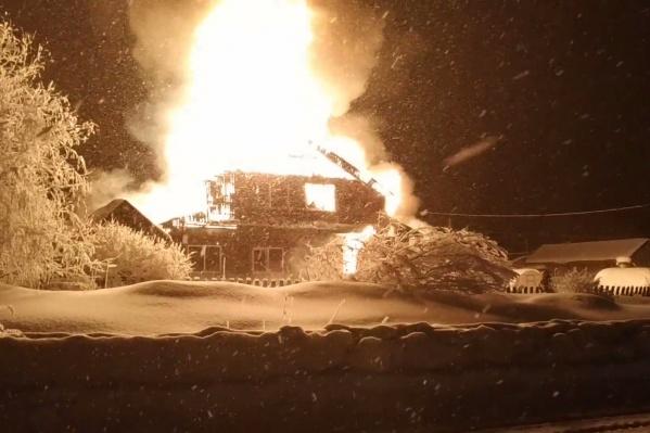 Жильцы дома не смогли вынести свою родственницу из горящего дома
