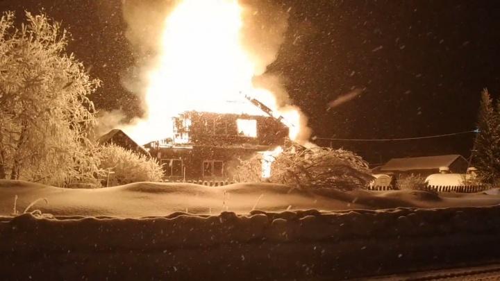 Новодвинские пожарные спасли из горящего дома пожилую женщину-инвалида