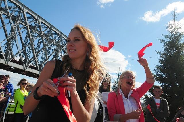 На открытие выставки пришла начальник городского департамента культуры, спорта и молодёжной политики Анна Терешкова (на фото справа)