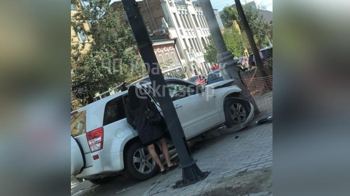 Джип с женщиной за рулем впечатался в столб после аварии на Мира